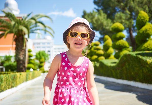 แว่นกันแดดสำคัญพอ ๆ กับครีมกันแดดสำหรับเด็ก