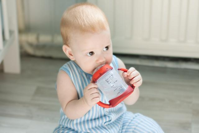 เมื่อใดที่ควรจะให้ลูกน้อยหยุดใช้ถ้วยจิบ